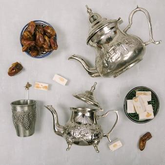 Dattelt obst mit türkischem genuss und teekannen
