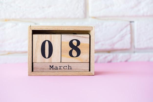 Datum 8. märz internationaler frauentag mit kopienraum. dekorativer kalender aus holz