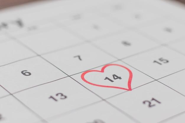 Datum des 14. februar auf dem kalender, valentinstag rotes herz eingekreist.