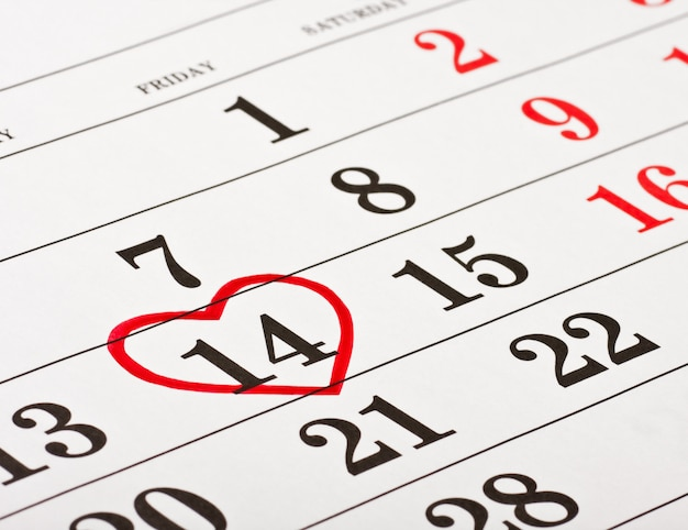Datum des 14. februar valentinstag rotes herz umkreist
