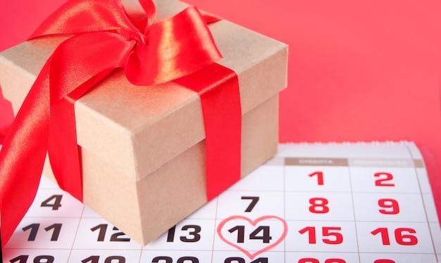 Datum februar im kalender mit geschenkbox
