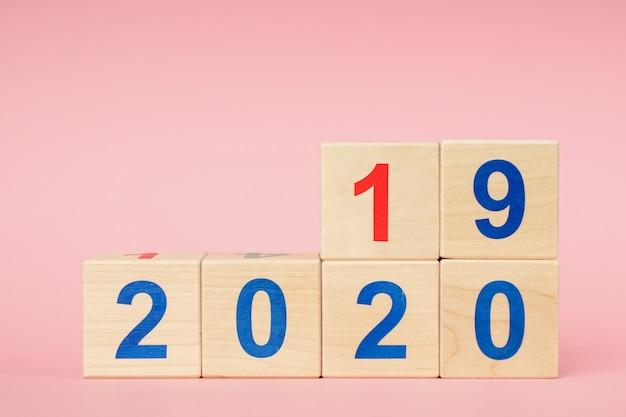 Datum von 2019 bis 2020 auf hölzernem würfelkalender. neues jahr-konzept