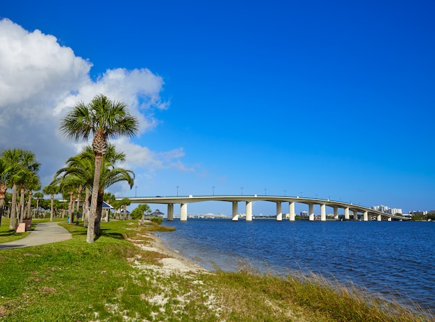 Daytona beach halifax river in der florida-brücke