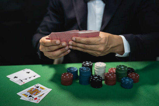 Dealer mischt pokerkarten in einem casino