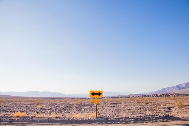 Death valley, kalifornien. wegweiser mitten in der wüste.