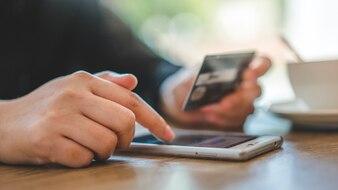 Debit Card für Online-Shopping auf Smartphone Mobile Banking