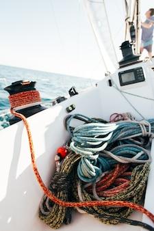 Deck der professionellen rennyacht im wind gelehnt