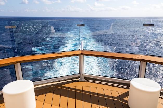 Deck eines kreuzfahrtschiffes