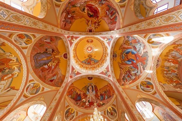 Decke der orthodoxen kirche mit heiligenzeichnungen. decke der orthodoxen kirche.