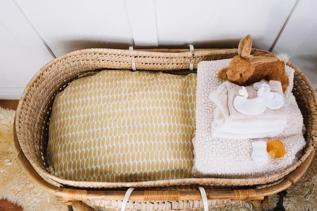 Decken und spielzeug in der babytragetasche