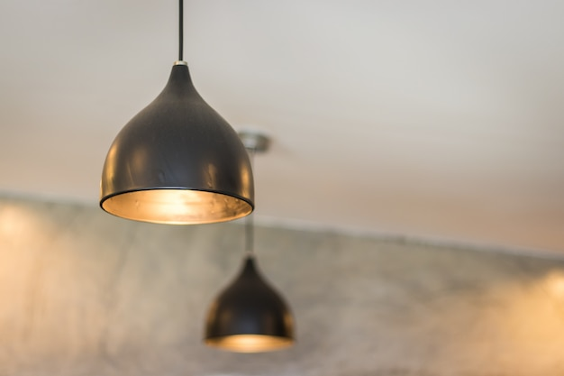 Deckenleuchte oder lampe in einer kaffeestube, inneneinrichtungsdesign