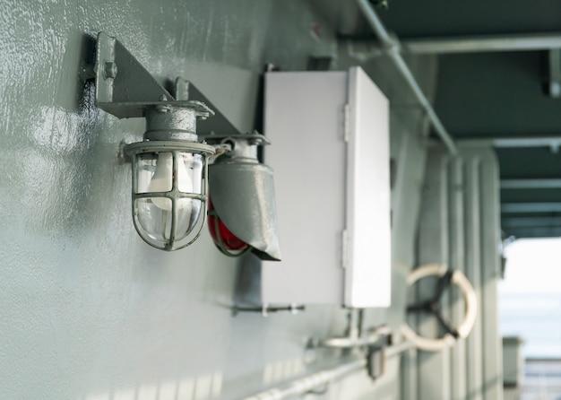 Deckslampe auf dem schiff im schutzkäfig