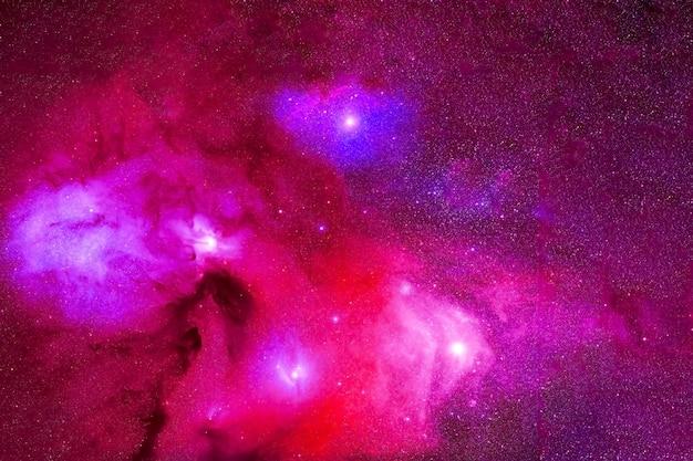 Deep space lila mit sternen und nebeln elemente dieses bildes wurden von der nasa bereitgestellt