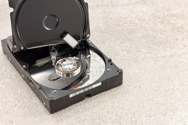 Defekte computerfestplatte mit der beschriftungssicherheit