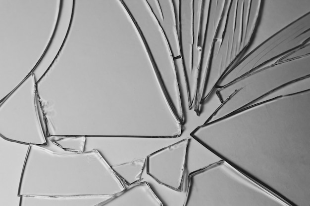 Defekte glasstapelstücke beschaffenheit und hintergrund lokalisiert auf weißen, gebrochenen fenstereffekt. notfallbedingung.