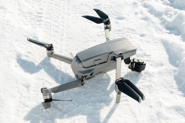 Defekte kardanische kamera und drohnenmotorarm nach absturz auf schnee in der winteraußennahaufnahme