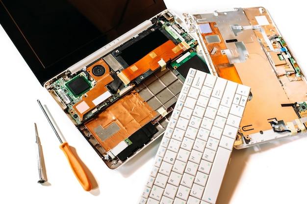 Defekter laptop auf weißem schreibtisch