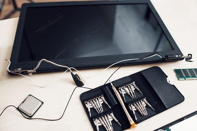 Defekter laptop-bildschirm mit werkzeugsatz