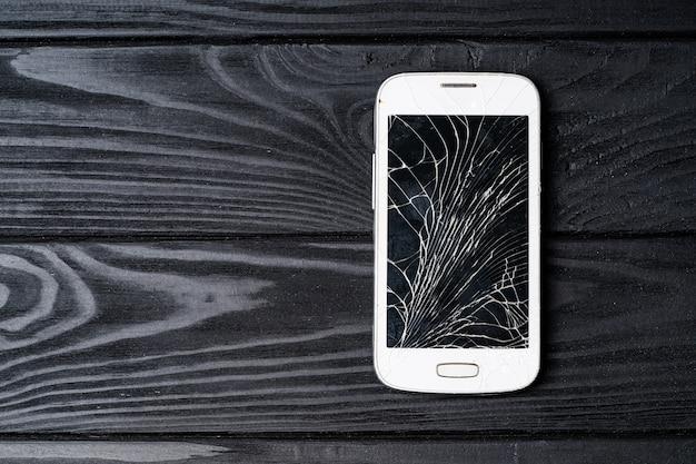 Defekter telefonbildschirm. smartphone mit kaputtem bildschirm