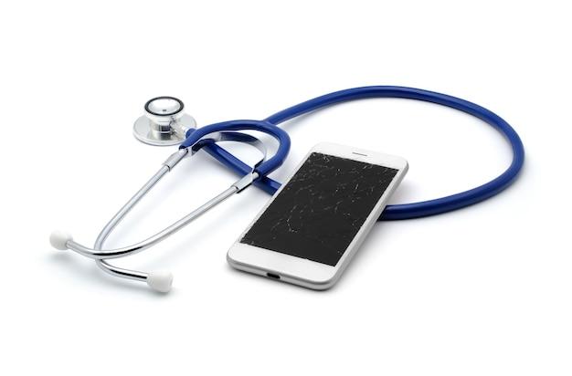 Defekter und rissiger touchscreen des smartphones mit stethoskop für diagnose- und reparaturservicekonzept