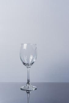 Defektes rebglas auf weißem backgeound lokalisiert