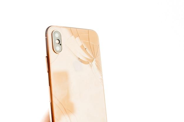Defektes telefon isoliert auf dem weiß.