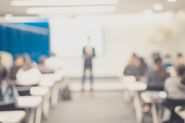 Defocus des sprechers, der vortrag auf firmenkonferenz hält.