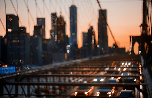 Defocused abstrakte stadtnacht new york city brooklyn bridge beleuchtet hintergrund