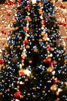 Defocused abstrakter bunter weihnachtslichthintergrund.