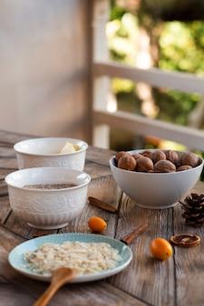 Defocused ansicht ofcake bestandteile mit walnüssen