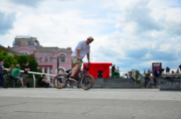 Defocused bild vieler leute mit bmx-fahrrädern. treffen der fans des extremsports