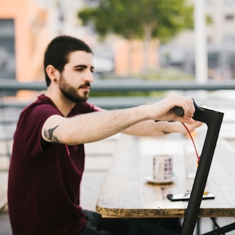 Defocused mann, der e-rollergriff hält