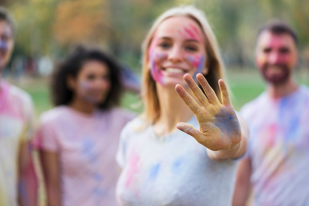 Defocused schuss der frau mehrfarbige hand zeigend