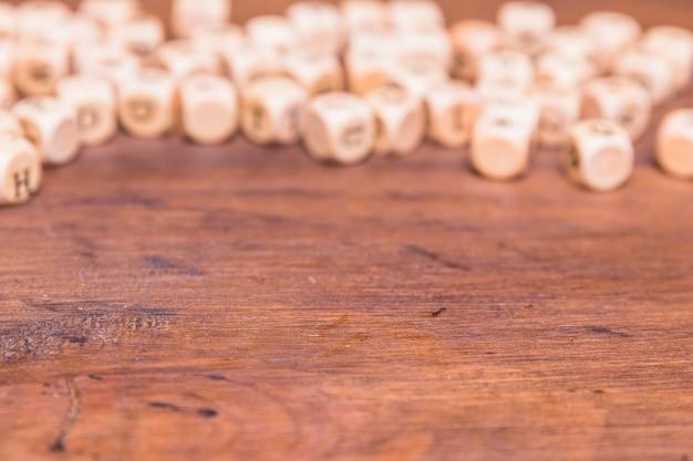 Defocused würfel auf hölzernem schreibtisch