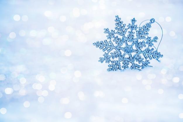 Defokussiert abstrakte schneeflocken auf schnee bokeh.