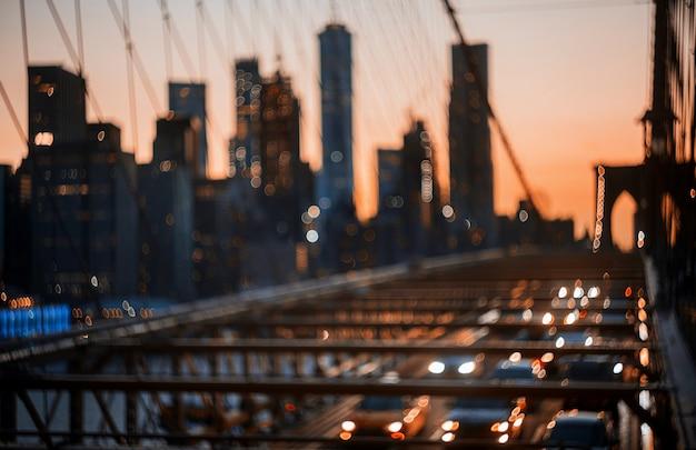 Defokussierte abstrakte stadtnachtlichter new york city brooklyn bridge