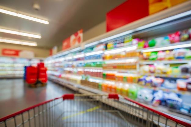 Defokussierte unschärfe der supermarktregale mit milchprodukten. hintergrund mit bokeh verwischen. unscharfes bild