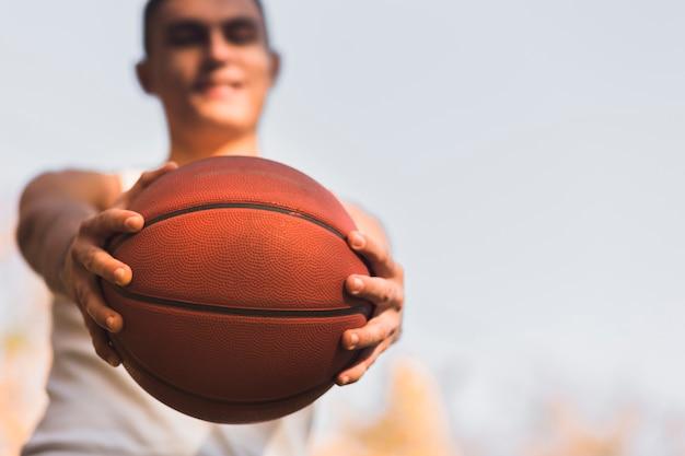 Defokussierter athlet, der basketball hält