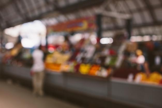 Defokussiertes bild des obstladens auf dem bauernmarkt