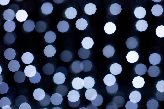 Defokussiertes blaues abstraktes bokeh beleuchtet hintergrund. festliche lichter. verschwommenes urlaubsbokeh.