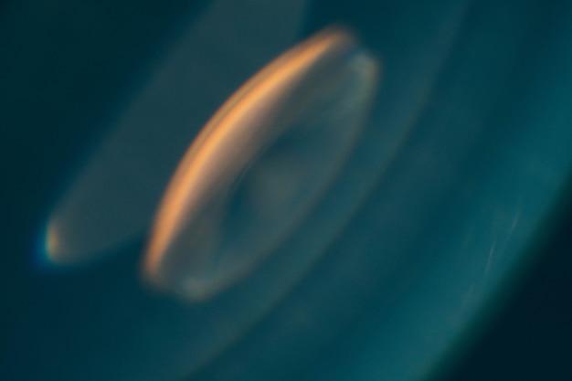 Defokussiertes leuchten. blaugrüne blaue abstrakte kunst farbiges lens flare. unschärfe rundes blitzlicht.