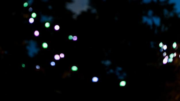 Defokussiertes licht vor unscharfem hintergrund