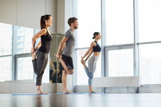 Dehnen der hüften im yoga-kurs