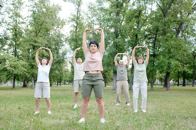Dehnen des körpers beim outdoor-fitnesskurs