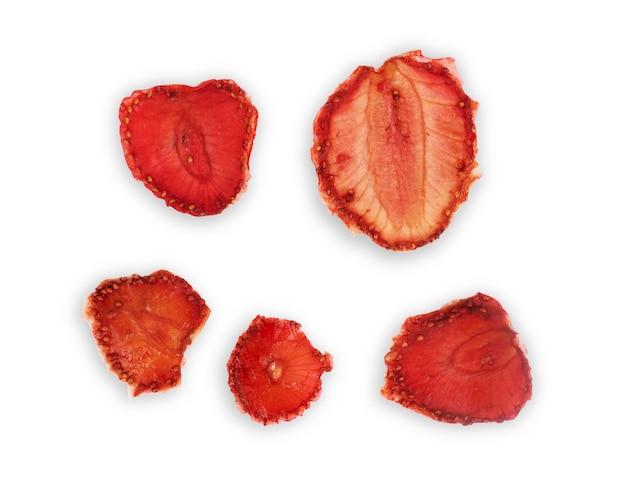 Dehydrierte erdbeeren isoliert auf weißem hintergrund