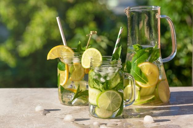 Dekanter und zwei gläser limonade