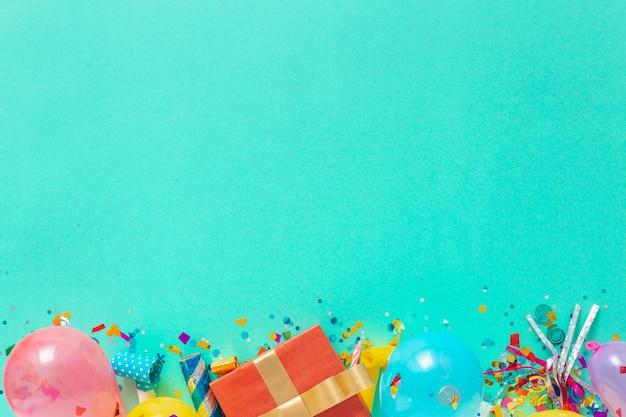Deko-party. ballone und verschiedene parteidekorationen mit freiem copyspace draufsichthintergrund