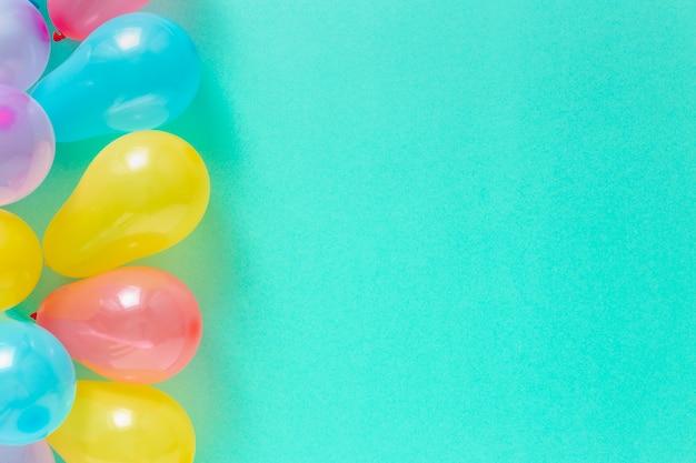 Deko-party. verschiedene ballone mit draufsicht des kopienraumes