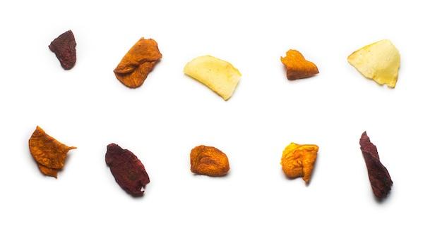 Dekonstruierte gemüse-bio-kartoffel-, karotten- und rote-bete-chips isoliert