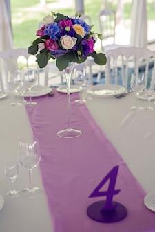 Dekor design runder tisch lila lila streifen in der mitte und die weiße tischdecke